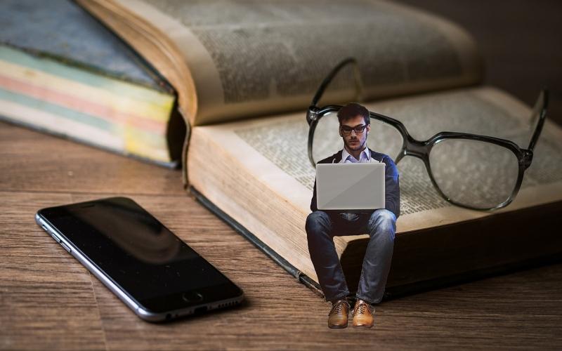 Homme minuscule sur un livre